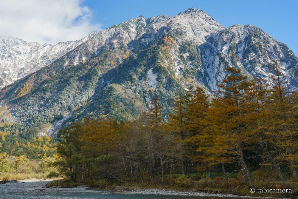 上高地河童橋からの穂高岳とカラマツ