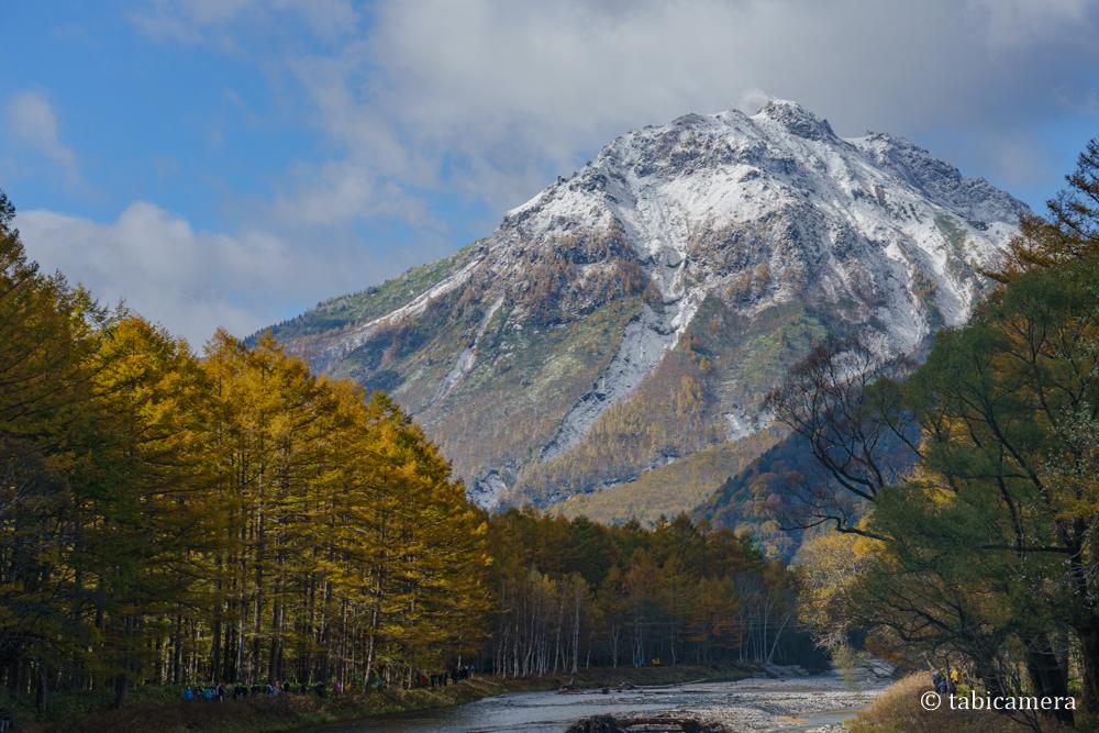 晩秋上高地河童橋からの焼岳 紅葉と雪景色