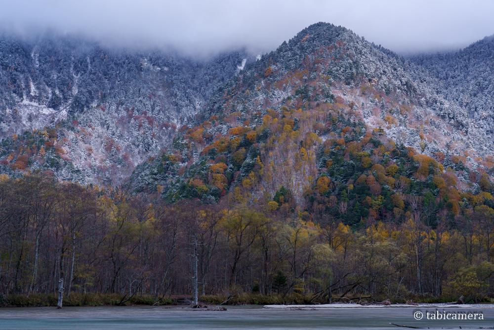 晩秋の大正池 紅葉と雪化粧