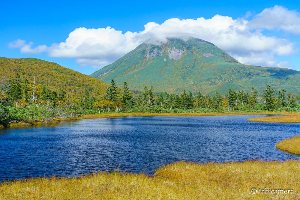 秋の紅葉の知床羅臼湖の三の沼