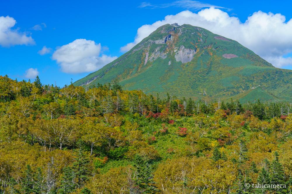 知床峠羅臼湖入口からの紅葉の羅臼岳