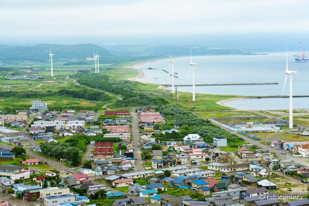 せたな町立象山公園展望台からの街の景色と風車
