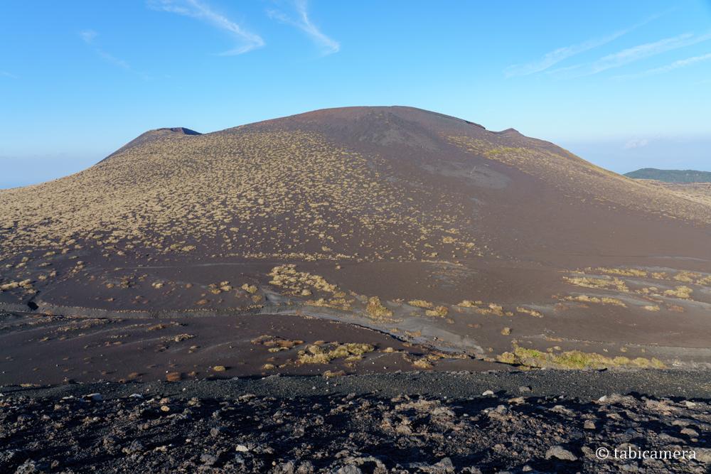 櫛形山山頂からの三原山と裏砂漠